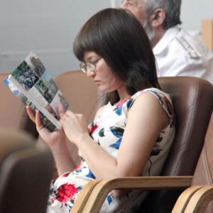 """Журналист Полина Кузаева знакомится с книгой """"Святые оренбургские места"""""""