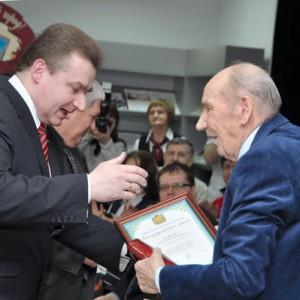 Благодарственное письмо губернатора Юрия Берга вручает замглавы Дмитрий Кулагин