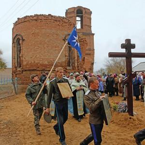 Крестный ход возле разрушенного Покровского храма села Угольное