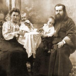 Последний настоятель священник Коморов с матушкой и чадами (дореволюционное фото)
