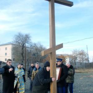 Установка Поклонного креста на монастырском кладбище. 31 октября 2009 года